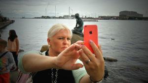 Ringa Salonen ottaa selfien Kööpenhaminassa Pieni Merenneito -patsaalla