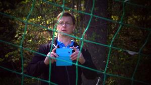 Mikko Niskanen kuvaa poikansa treenausta.