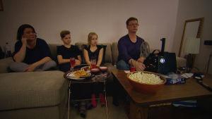 Niskasten perhe katselee Mikon vanhoja kaitafilmejä.