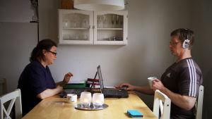 Niskaset Mari ja Mikko tekevät yhdessä töitä.