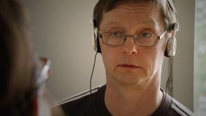 Mikko Niskanen tekee töitä vaimonsa Marin kanssa.