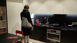 Uuden asunnon keittiö tarkastelussa.