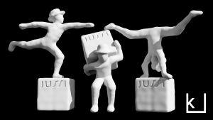 Elokuva-alan Jussi-patsas voimistelee eri asennoissa.