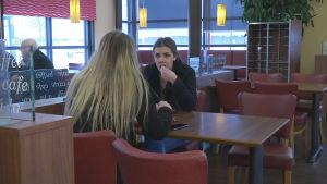 Melisa Elkaz sitter på cafe
