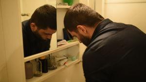 Seval Bitic tvättar sig i handfatet