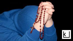 rukoileva henkilö, punainen rukousnauha