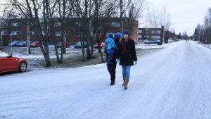oneill walker går med sin familj på åvägen