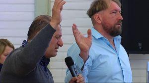 Pastor Jamil Wahab från Israel ber tillsammans med ledande pastor Fredrik Martin i Betesdakyrkan i Ekenäs.
