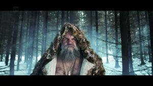 """Kari """"Tykylevits"""" Tykkyläinen tulee metsästä turkki päällään  #kulttuurivälikysymys -videon kuvauksissa"""