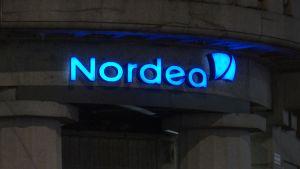 Nordean logo iltavalaistuksessa.
