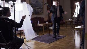 islannin pääministeri Gunnlaugsson poistuu kesken haastattelun.