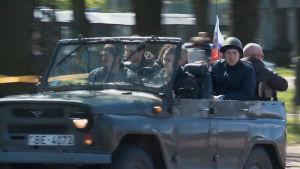 Venäläiset juhlivat voitonpäivää Latvian Riiassa.