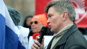 Latvian venäläiset tukevat Krimin miehitystä 2014. Puhumassa Latvian anti-fasistisen liikkeen johtaja Eduard Gontšarov