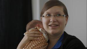 Rebecka Stråhlman med familjens yngsta.
