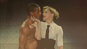 Madonna on suutelemassa paidatonta tanssijamiestä