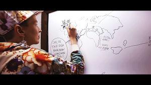 Sarjakuvapiirtäjä Kaisa Leka piirtää Kulttuurin välikysymyksen yhteispiirrosta.
