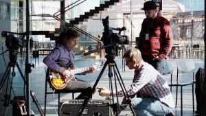 Sound chekc ennen Kantapöydän suoraa lähetystä, kuvassa kitaristi Veikki Virkajärvi ja Ylen äänitarkkailijat Antti Pohjola ja Kalle Pekkala.