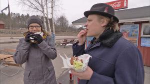 Ravitsemustieteiden tohtori Liisa Korkalo ja toimittaja Tuomas Kiukas nakkikioskilla.