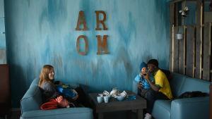 familjen walker sitter på cafe