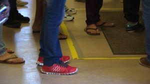asylsökande, bild på fötter tossor och sandaler
