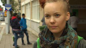 Närbild på studerande Ylva Perera utanför polisstationen