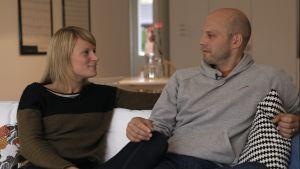 Eva och Ove Gädda i soffan.
