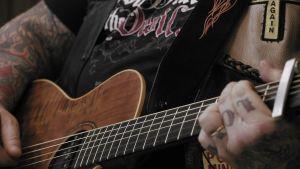 Pontus missionerar med gitarren.