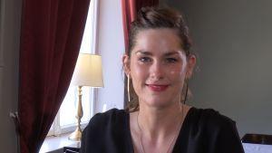 Marije Vogelzang sitter på ett café.