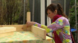 Helena Lappeteläinen rakentaa yrttilaatikkoa