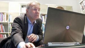 Patrick Eriksson tittar på dator.