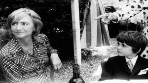 Francoise Sagan ja hänen poikansa. Kuva tv-dokumentista Francoise Sagan ja elämän kepeys.