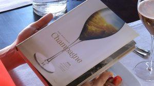 Essi Avellan visar sin nya bok Champagne.