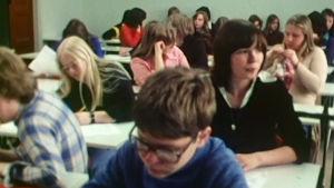Kallion yhteiskoulun oppilaita oppitunnilla.