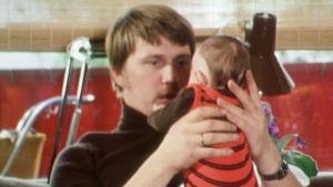 Reijo Neuvonen pitelee vauvaansa käsissään dokumentissa Elämän kevät.