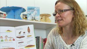 Barnbibliotekarie Mikaela Wickström läser högt ur Pernilla Stalfelts bok Bajsboken.