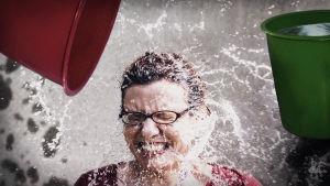 Kvinna får vatten på sig
