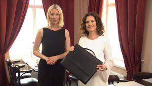 Ida Jonsson och Pia-Maria Lehtola står vid ett cafébord.