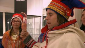 Simon Marainen jojkar på Jokkmokks vintermarknad.