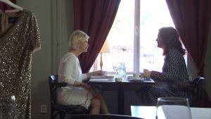 Tarja Rantanen samtalar med Pia-Maria Lehtola på ett café.