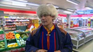 Ole poängterar hu viktigt det är att samiskan syns i skrift också i det offentliga, t.ex. i matbutiken.