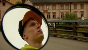 Jonni Blomqvist syns i spegeln på cykeltaxin