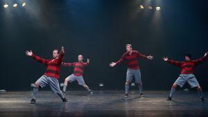 Tanssiryhmä esittämässä jalkapallo-aiheista teosta.