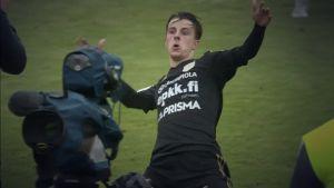Jalkapalloilija tuulettaa maalin jälkeen.