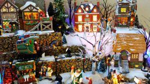 Pienoismalli englantilaisesta kylästä joulukoristeltuna.