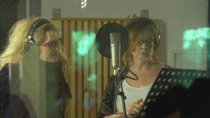 Anna-Mari Kähärä ja Pirjo Aittomäki studiossa.