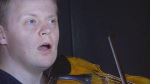 Pekka Kuusisto laulaa stemmoja bändiharjoituksissa.