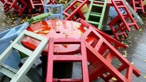 Värikkäitä tuoleja sateessa.