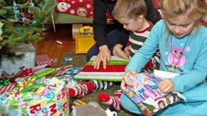 Jouluaamuna avataan lahjat.