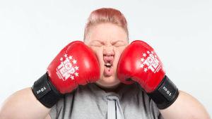 Jenny Lehtinen lyö itseään nyrkkeilyhanskoilla