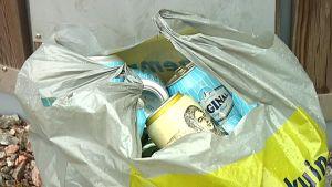 En kass tomburkar invid insamlingskärlen på Sommarö.
